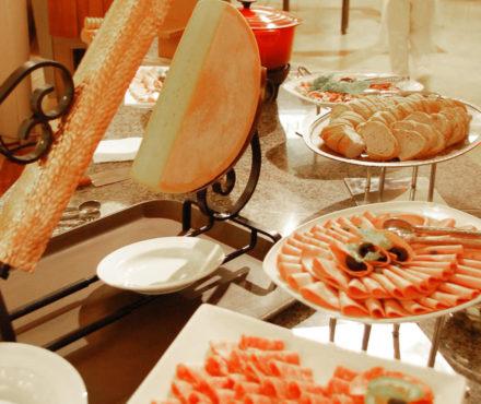 Avec la raclette, viande ou poisson ? On résout cet épineux dilemme…