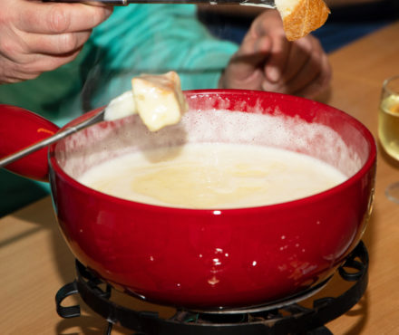Caquelon pour fondue : l'ustensile 100% tradition
